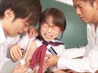 学校でタバコを発見して風紀委員の女子が注意したら、逆に2人からレイプされちゃった!一徹くんと阿川さんのテクにイキまくる~♪のサムネイル画像