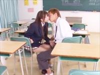 ☆放課後の教室でクラスメイトとイケナイこと♪女子から誘っちゃた!指でイジられて潮吹いてイッちゃいます☆のサムネイル画像
