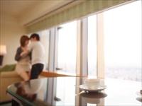 ☆大好きな彼と久しぶりの旅行♪ホテルに着いてまだ時間はたっぷりあるのに、2人は待ちきれず抱き合っちゃいます♪のサムネイル画像