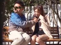 ☆カップルの多い公園のベンチで青姦プレイ!恥ずかしがる女性もどんどん大胆になっていきます!のサムネイル画像