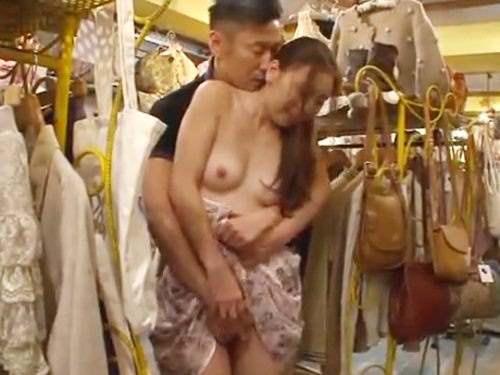 ☆仲良くショッピングデート♪彼女に似合う服を探していると興奮してきてしまった彼氏。まさかのお店で・・・!のサムネイル画像