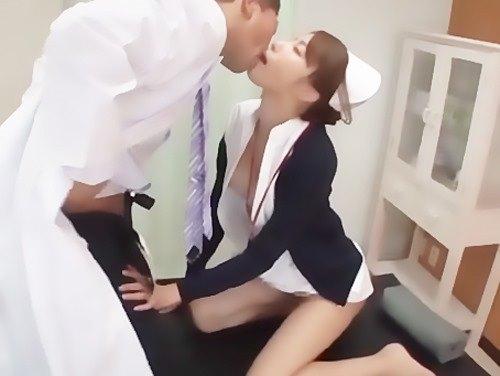 ナースとドクターのいけない関係…診察台の上で濃厚なセックス♪のサムネイル画像