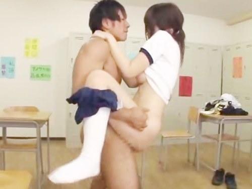 清純そうな女子高生は体操服のまま3Pしちゃうスケベっ娘でしたのサムネイル画像