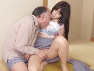 淫乱生保レディの誘惑w奥さんのいる側で旦那さんとこっそりセックス☆のサムネイル画像