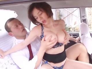 ☆タクシー運転手さんを誘惑して情熱的に車内エッチ♪物足りずに青姦までしちゃいますのサムネイル画像