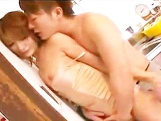 彼とダイニングキッチンで濃厚エッチ♪志戸哲也さんの情熱的な愛撫に潮吹き☆のサムネイル画像