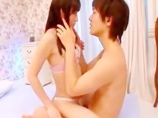 ラブリーなベッドで鈴木一徹くんとラブラブエッチ♪濃厚愛撫に感じちゃう☆のサムネイル画像