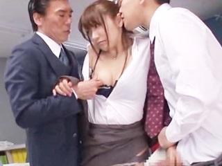 ☆ミスで会社に損失を出してしまったOLさん。3人の男性社員に無理矢理…のサムネイル画像
