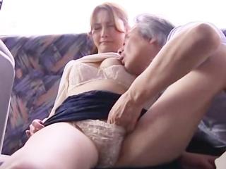 ☆イケナイ関係とはわかっていても…。貸切状態のバスの中で濃厚なセックス♪のサムネイル画像