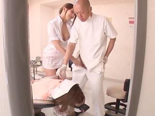 患者さんを治療中の男性歯科医師を誘惑してフェラする淫乱歯科助手(笑)のサムネイル画像