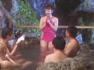 秘湯と言われる雰囲気のいい混浴露天風呂で地元住民男性と濃厚な5P!のサムネイル画像