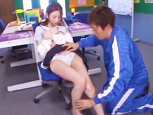 ☆高校教師が学校でイケナイ関係に♪体育教師にイタズラされて何度もイッちゃいます!のサムネイル画像