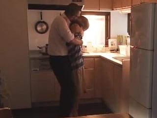☆こんなに感じるはずじゃ・・・。(その2)夫が近くにいるのにキッチンで・・・。のサムネイル画像