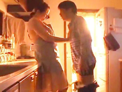 保険の男性顧客が自宅に来て…キッチンで無理やりフェラさせられちゃいます☆(その2)のサムネイル画像