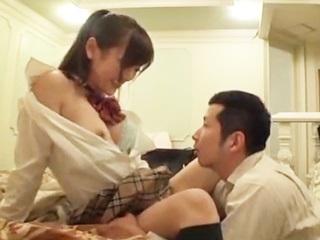 男性教師とこっそり付き合っている女子高生。初めてのラブホテルにドキドキです♪のサムネイル画像