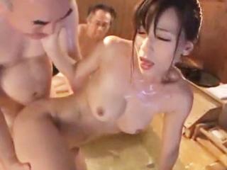 性奴隷オークションを体験させられて…清純な主婦がお風呂で4Pしちゃいます!のサムネイル画像