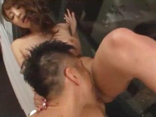 こんなところでクンニしちゃうの?ホテルの窓ぎわでの大胆エッチに大興奮!のサムネイル画像