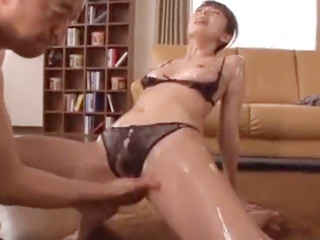 媚薬入りのオイルに溺れる主婦(その3)淫乱すぎるカラダで施術師と濃厚セックス!のサムネイル画像