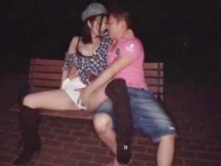 スリルがたまらない!夜の公園でねっとりキスとラブラブ青姦wのサムネイル画像