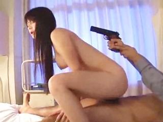 女刑事が犯人に無理やり…拳銃を突きつけられながらも感じちゃいます!のサムネイル画像