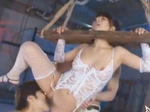 ☆キレイなお姉さんを昔の拷問道具で拘束!いつになく激しい一徹くんです。2人の男性で責めて潮吹きが止まらない!!のサムネイル画像