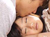 ☆いつも仲の良い女友達の寝顔を見てたら・・・あまりにも可愛くて思わずチュッとキスしちゃう一徹くんです♪のサムネイル画像