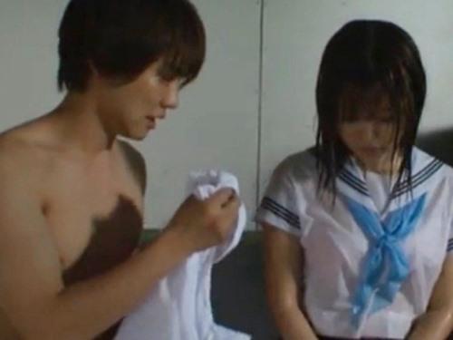 ☆雨宿りで偶然2人になってしまう男女。ビチョ濡れになってる女性に優しくシャツをかける一徹くん♪のサムネイル画像