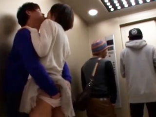 ☆ラブラブなカップルはずっと一緒に居たくてエレベーターの中でもイチャイチャ♪そのまま興奮してエッチなことに・・・。のサムネイル画像