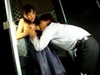 ☆結婚式のパーティで酔いつぶれてしまった女性をトイレでレイプしちゃいます!戸惑っていたはずが・・・。のサムネイル画像