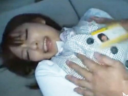 ☆レンタカー屋の受付嬢を仕事中ワゴン車の中でレイプしちゃいます!戸惑いながらも欲しがってしまう女性です。のサムネイル画像
