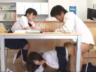 友人の彼氏を図書室で寝とっちゃう小悪魔JK♪机の下でこっそりズコバコしちゃいます!のサムネイル画像