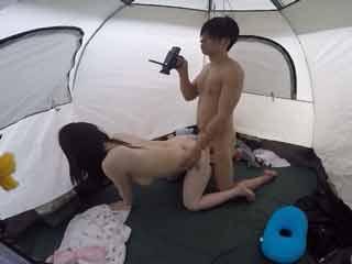 テントの中でこっそりエッチしちゃいます!こんな場所でwwのサムネイル画像