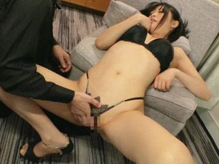 若妻さんがあられもない姿でクンニと手マンされて乱れまくっちゃいます!のサムネイル画像