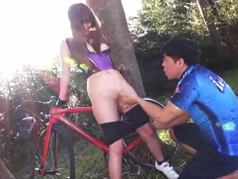 サイクリングの休憩中に青姦しちゃいます!スリルと解放感が最高です♪のサムネイル画像