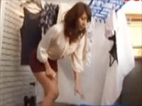 昼下がりの人妻はエッチな気分♪リモコンローターをおマンコに入れてベランダで洗濯物干し!そこに野球のお兄さんが・・・。のサムネイル画像